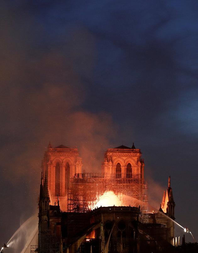 世界遺産のフランスのノートルダム大聖堂で火事が発生